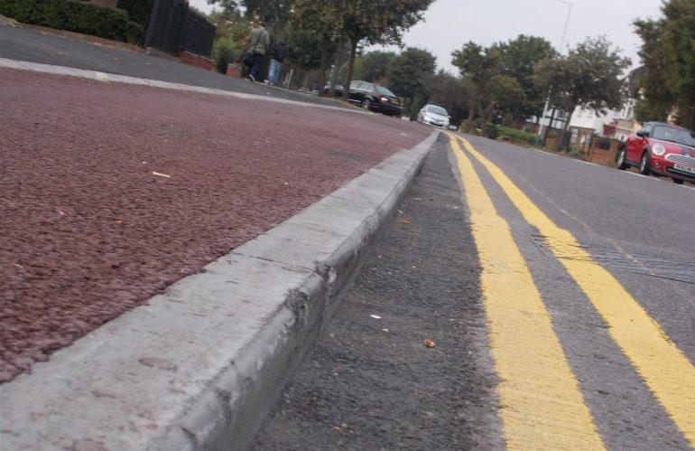 Cara Memasang Kanstin Beton pada Trotoar di Jalan Raya